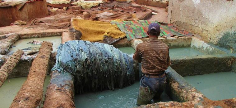 teinte des tissus dans le quartier des tanneurs à Marrakech